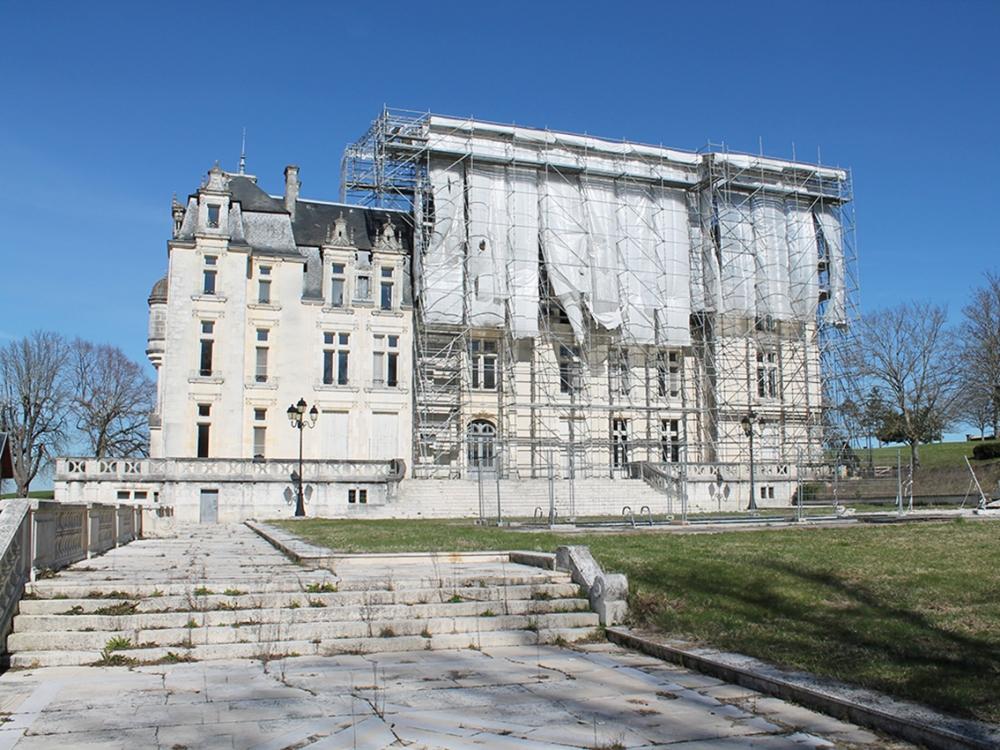 03 château brûlé façadeSudEchafaudages .JPG